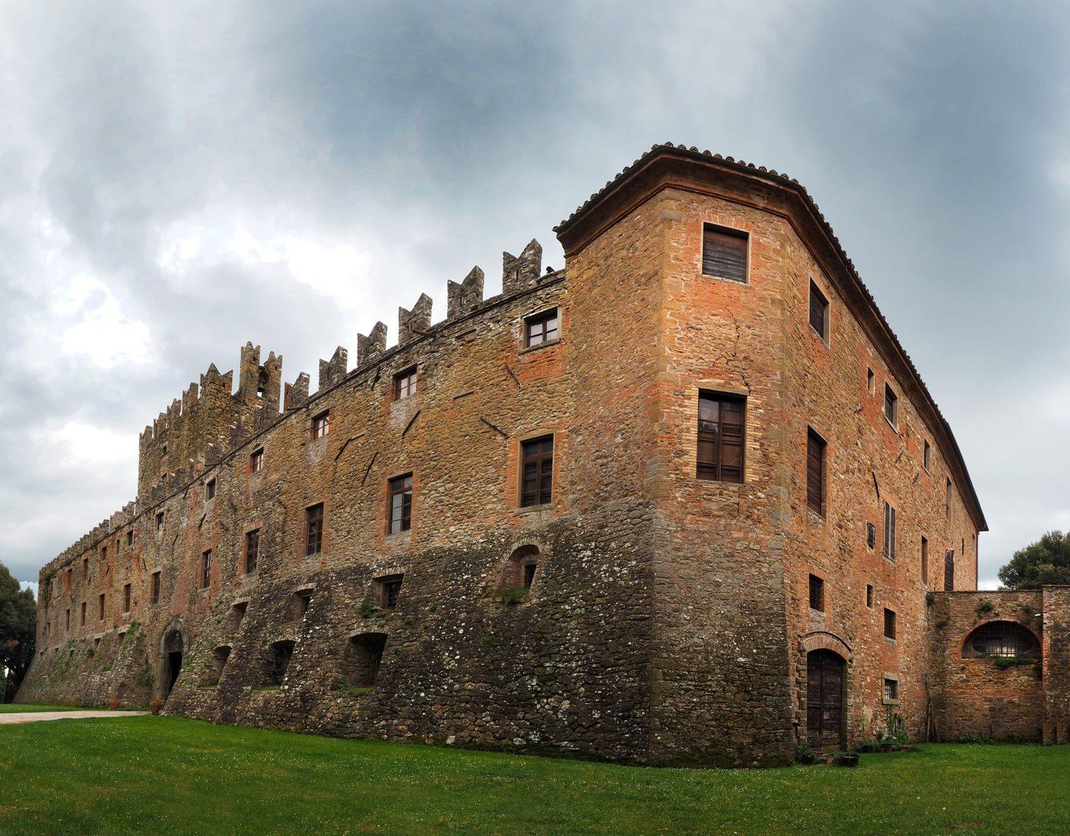 Il Castello di Sorbello: un viaggio nei secoli, fra elaborati stucchi e arredi artigianali d'epoca.
