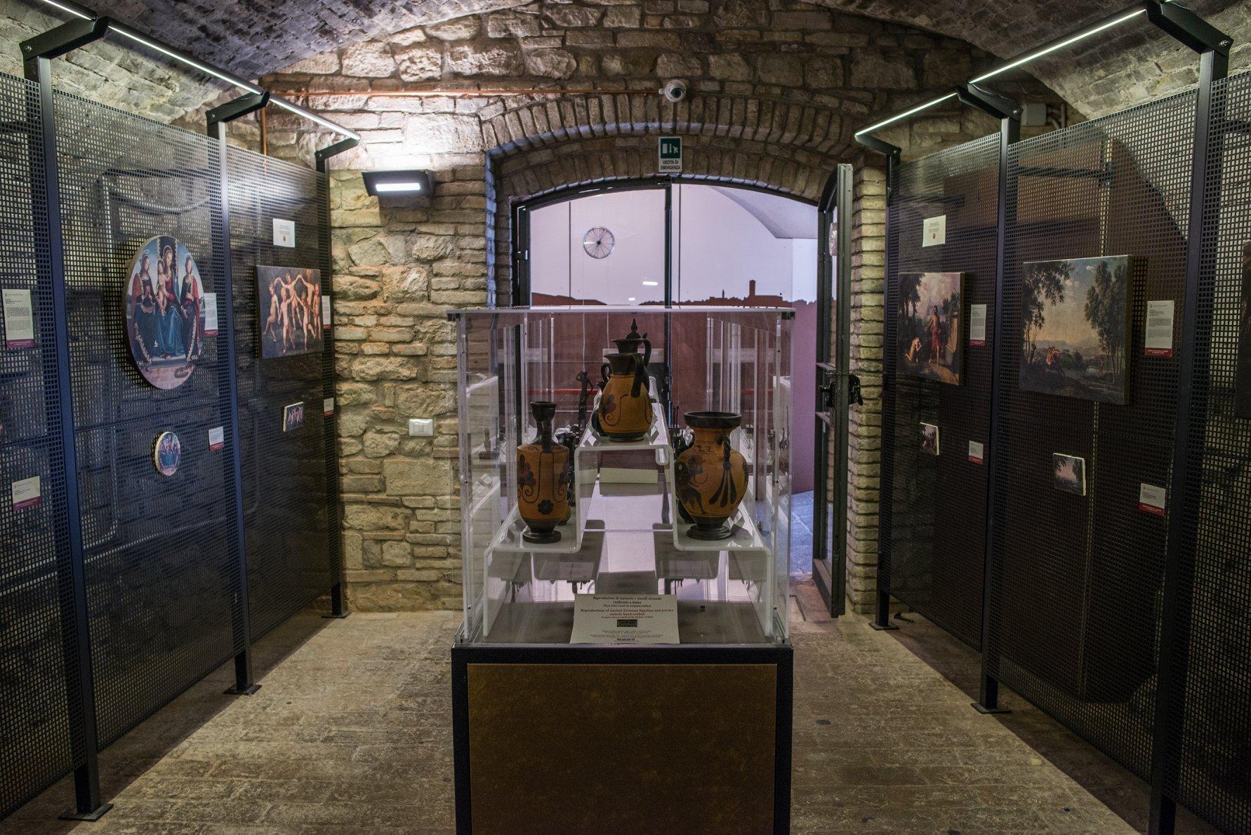 Portarsi a casa un pezzo d'Umbria? Ora si può grazie al bookshop del museo del Pozzo Etrusco.