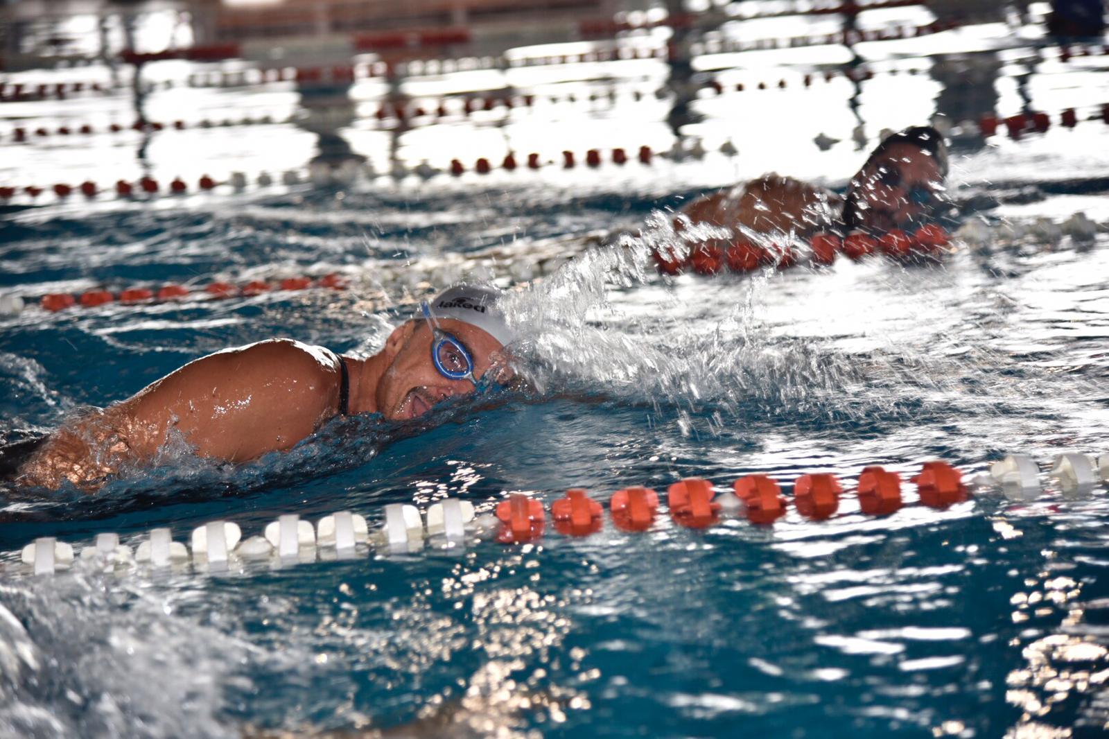 L'impresa è riuscita: Marco Fratini ha nuotato 100 km di seguito in vasca corta.