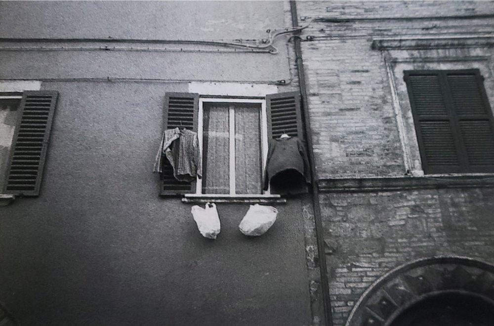 La finestra è uno stendino. Corso Garibaldi, PG.
