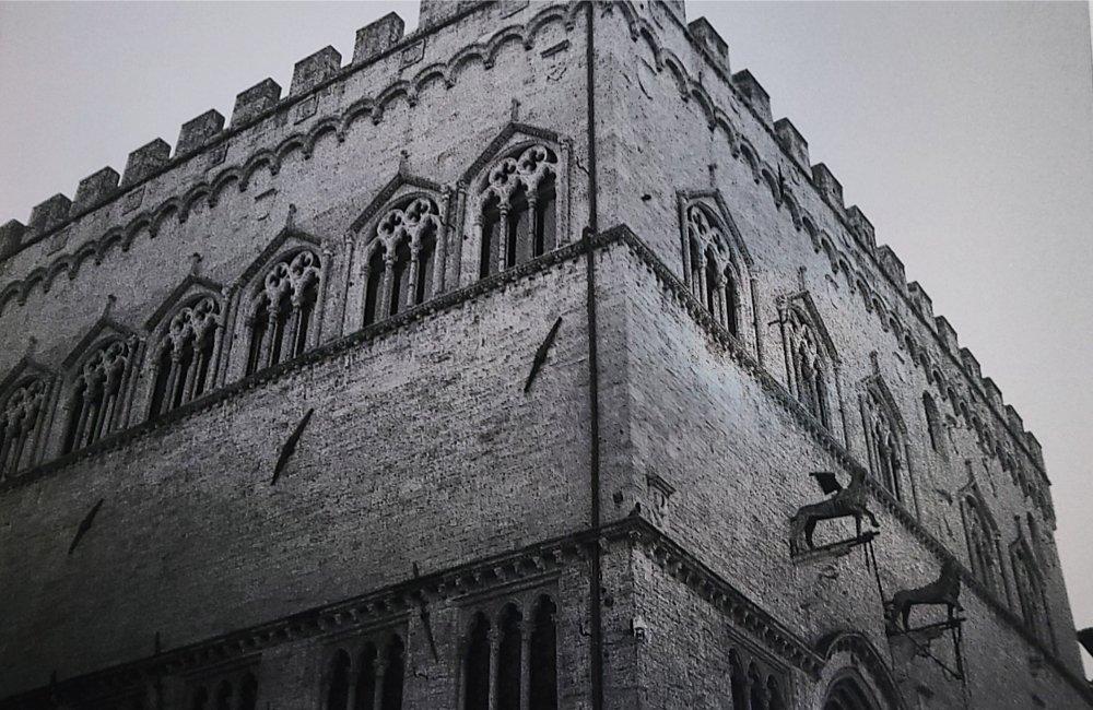 Palazzo dei Priori con poco cielo. Perugia.