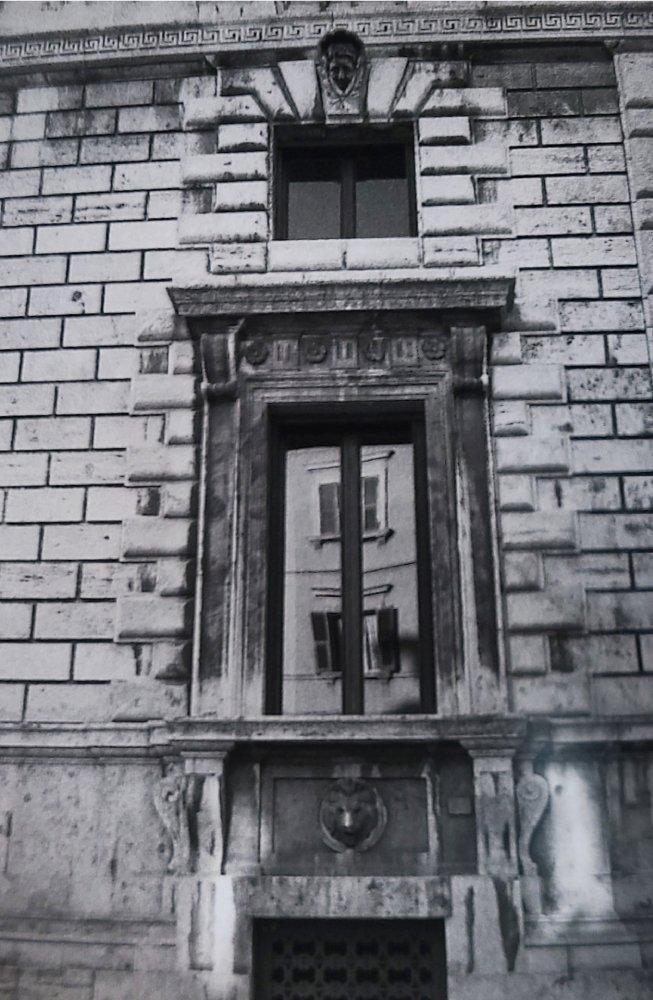 Riflessi sulle finestre di palazzo Cesaroni. Perugia