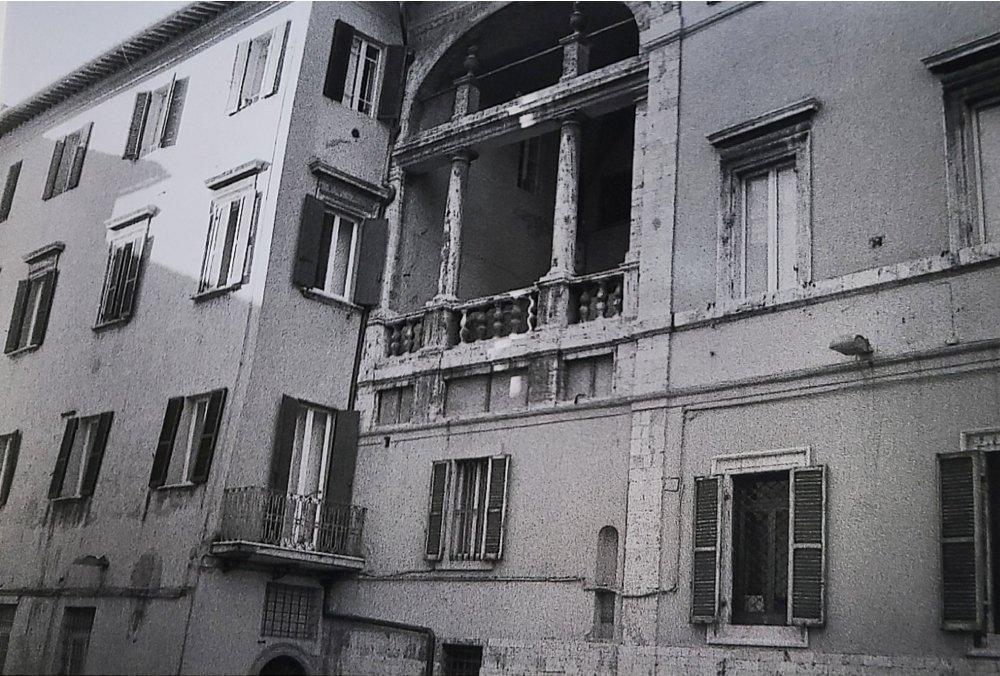 Sarà stato certamente il balcone di una Giulietta perugina. Piazza Italia, PG.