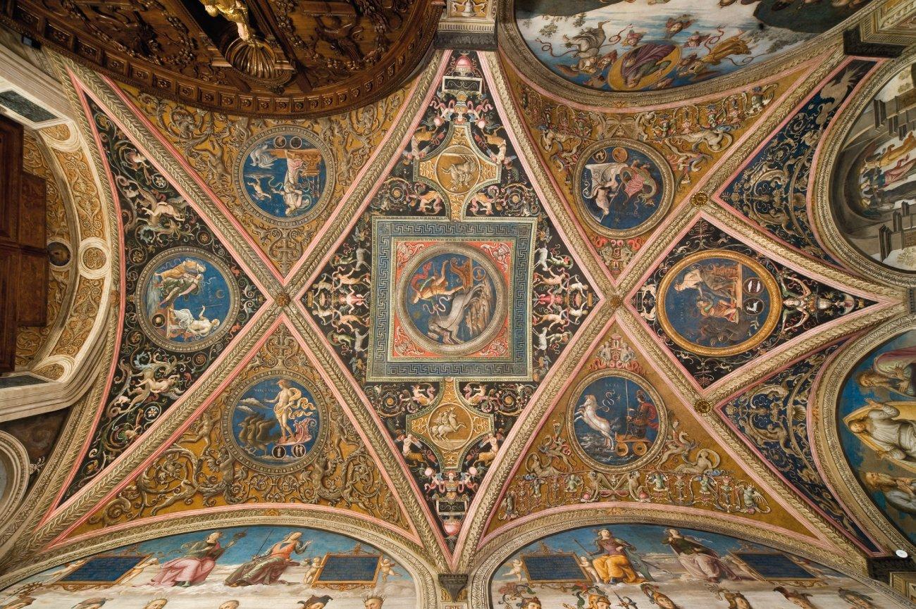 Collegio del Cambio, uno scrigno ricco di magnifici affreschi e pregevoli arredi lignei cinquecenteschi