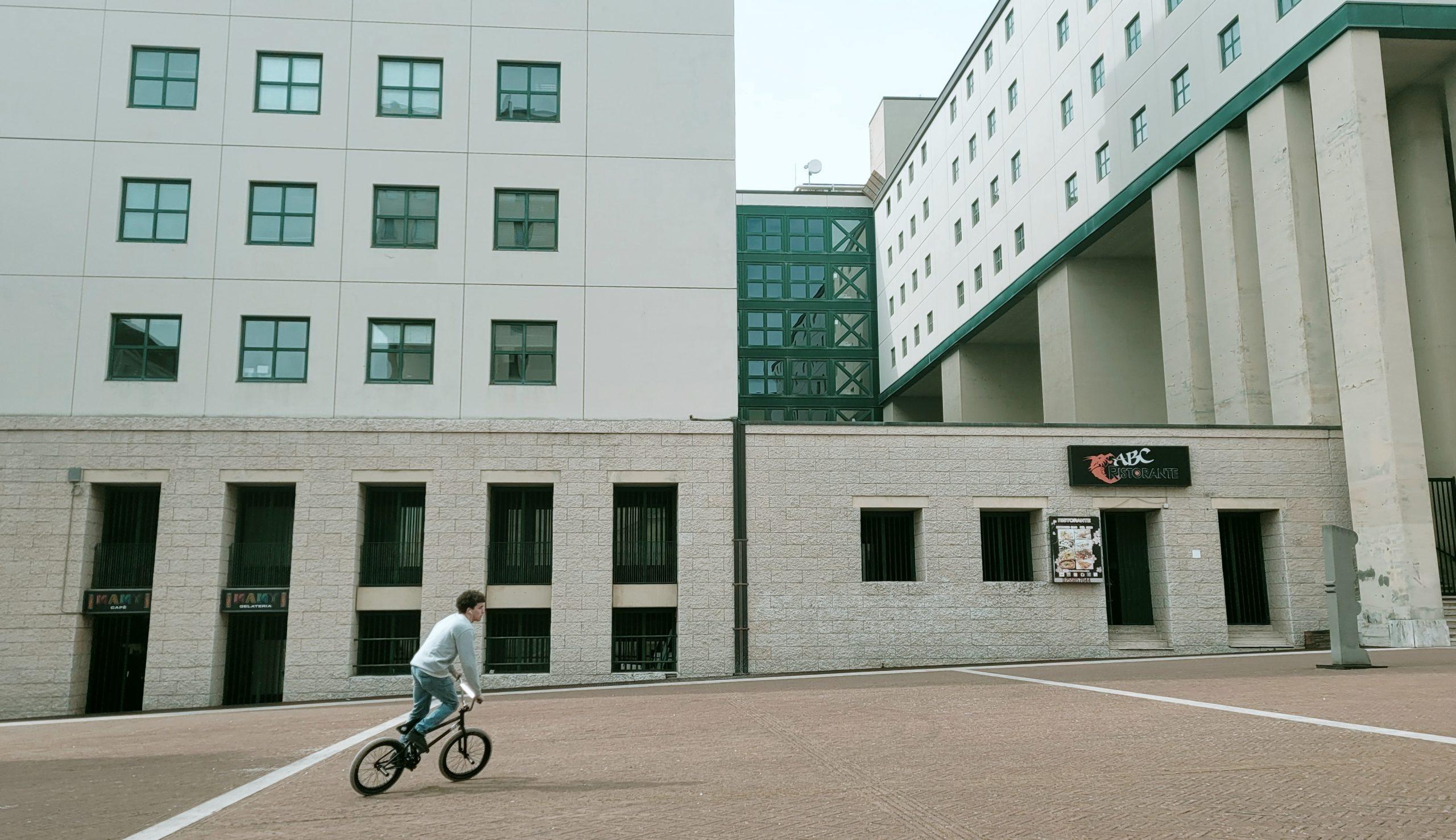 centro direzionale fontivegge veduta in bici