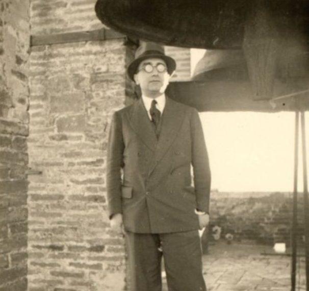 Aldo Capitini sotto la campana di Palazzo dei Priori