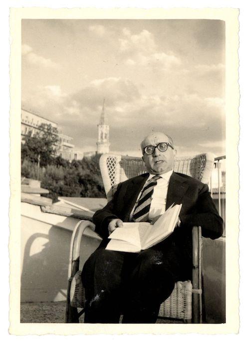 Aldo Capitini sulla terrazza della casa di via Villaggio Santa Livia, sullo sfondo il campanile di San Pietro